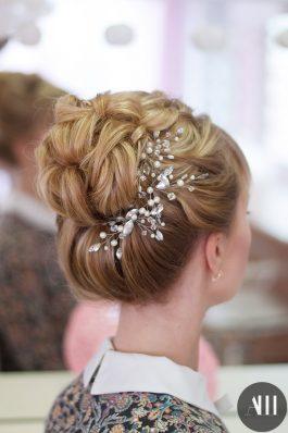 Высокий пучок с жемчужным украшением на свадьбу