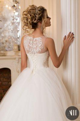 Высокий пышный пучок на свадьбу с использованием накладных прядей