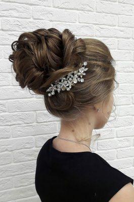 Высокий пышный пучок на свадьбу с украшением