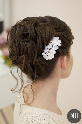 Высокий свадебный пучок на средние волосы