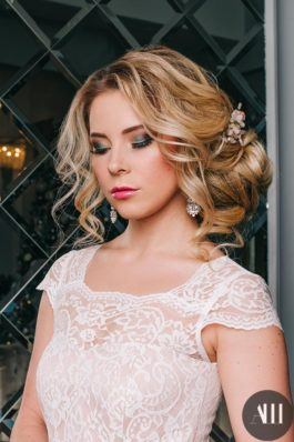 Яркий макияж на свадьбу и воздушный небрежный пучок от стилиста Татьяны Маковской