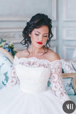 Яркий свадебный макияж с акцентом на губах и нежная прическа