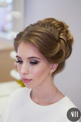 Яркий свадебный образ высокая прическа и макияж стилист Маргарита Соловьева