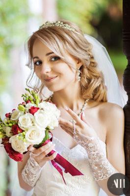 Греческая коса набок и красивый макияж на свадьбу