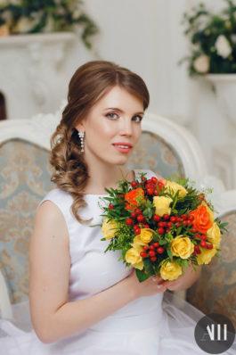 Аккуратная греческая коса набок и нежный макияж на свадьбу