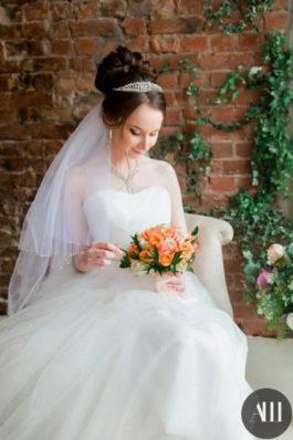 Высокий свадебный пучок с диадемой и нежный макияж